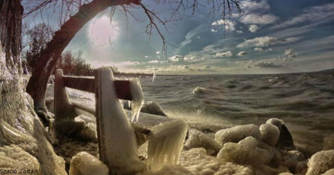 Мороз и ветер превратили озеро Балатон в зимнюю страну чудес
