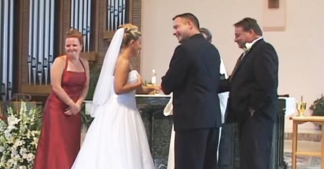 Неожиданный казус на венчании — никто не мог сдержать громкий смех (Видео)