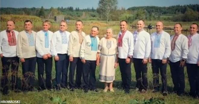 10 братьев приехали в село, чтобы поздравить родителей с юбилеем свадьбы