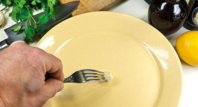 Есть такой секретик у поваров. Натирать тарелку чесноком