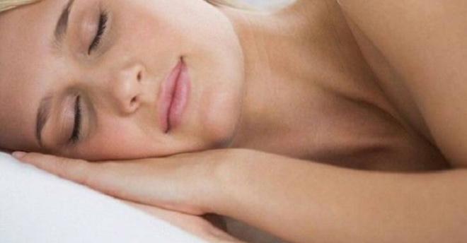 Если регулярно спать без одежды, вот что будет с вашим телом