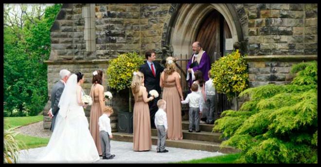 В Англии рассеянный священник случайно поженил шафера и подругу невесты