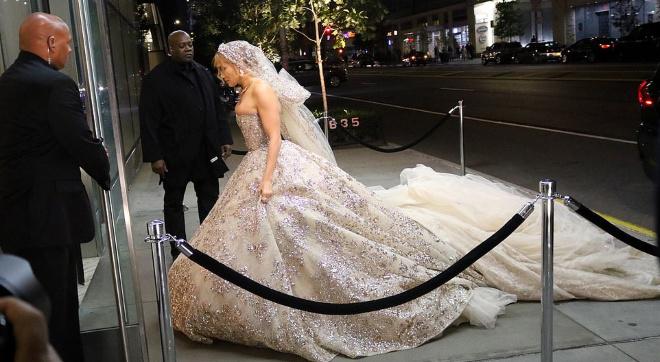 50-летняя Джей Ло произвела фурор в шикарном свадебном платье