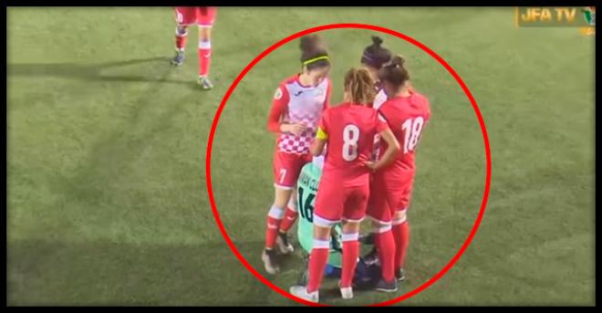 Соперницы окружили мусульманскую футболистку, чтобы та смогла поправить слетевший хиджаб