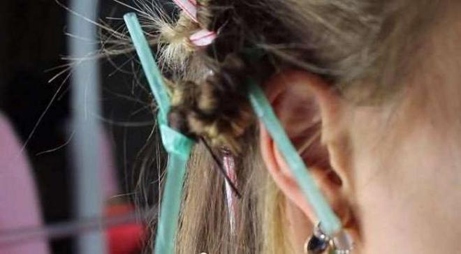 Девушка намотала свои волосы на соломинки, а утром проснулась красавицей