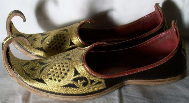Зачем на Востоке в старину носили обувь с острыми загнутыми носами