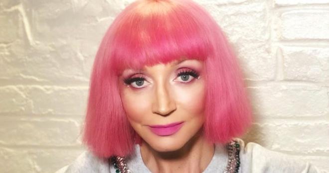 «Невероятная»: Кристина Орбакайте с ярким макияжем и неожиданной прической стала похожей на куклу Барби