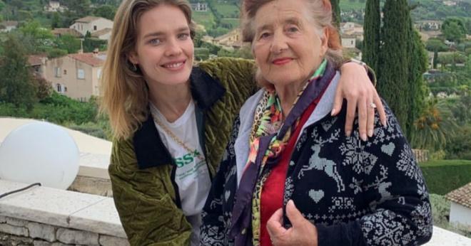 Наталья Водянова отвела 90-летнюю бабушку в культовый салон красоты в Париже