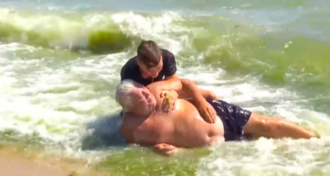В Одессе 15-летний школьник спас мужчину, который в воде потерял сознание