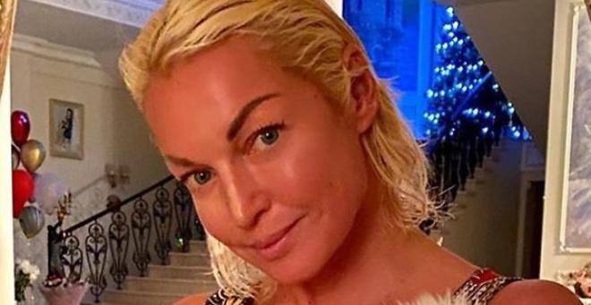 «Ни в какие ворота…»: 44-летняя Волочкова в крохотном полотенце не смогла скрыть лишнее.