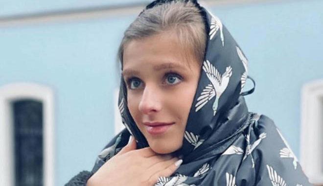 Пользователи Сети раскритиковали свадебные наряды Ильи Авербуха и Лизы Арзамасовой