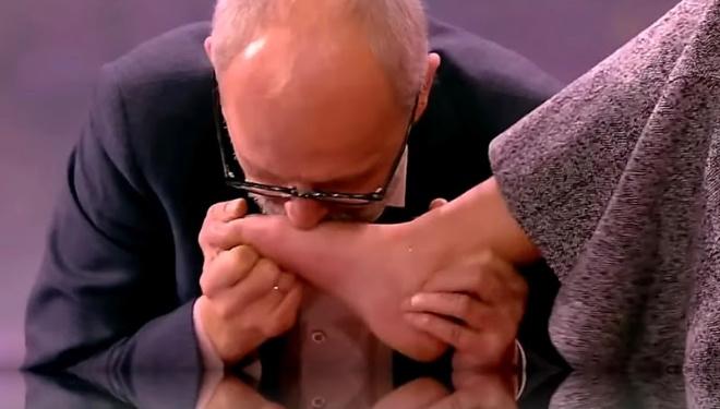 Неадекваты на Первом: Александр Гордон на передаче поцеловал ноги одной из участниц.