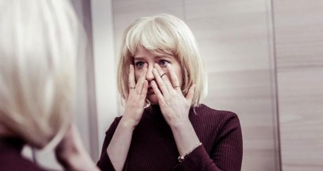 Валя решила не предупреждать мужа, что приедет раньше из командировки