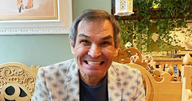 Живет в полуподвальном помещении и питается сырниками: как Бари Алибасов устроился в Калининграде