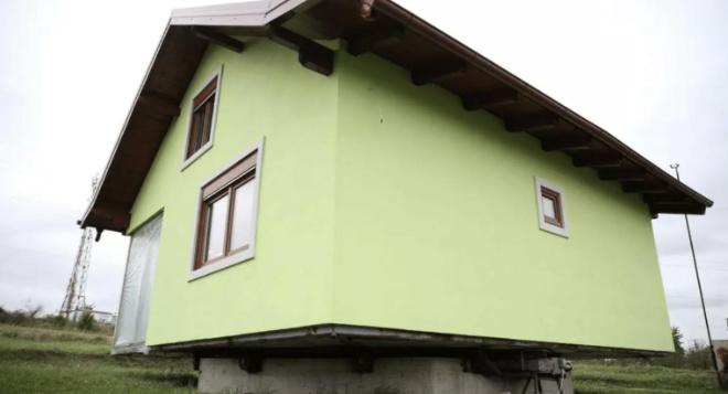 Мужчина построил вращающийся дом, чтобы у его жены был разнообразный вид из окна